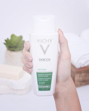 Combata a coceira e a descamação do couro cabeludo com o Shampoo Dercos Anticaspa Intensivo